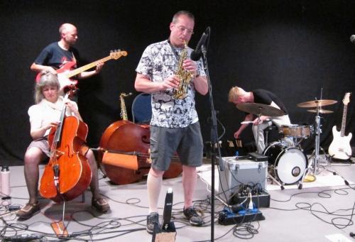Karen (cello), Ko (basgitaar), Robert-Jan (sax), Derk (drums)